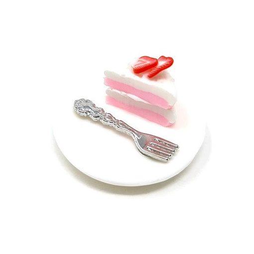 Eper tortaszelet tányéron villával